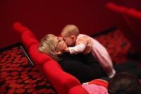 Šťastná hvězdná maminka se svým miminkem v CineStaru.